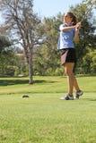 Kvinnlig tonårig golfare som håller ögonen på det långa skottet Arkivbilder