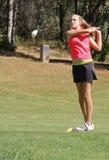 Kvinnlig tonårig golfare som teeing av Fotografering för Bildbyråer
