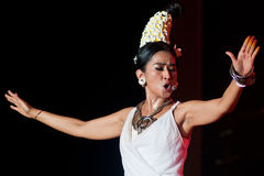 Kvinnlig traditionell musiker och sångare. Fotografering för Bildbyråer