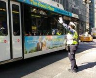 Kvinnlig trafiktjänsteman, NYC, NY, USA Royaltyfria Bilder