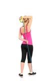 Kvinnlig tricepsförlängningsövning genom att använda den rubber motståndsmusikbandet Fotografering för Bildbyråer