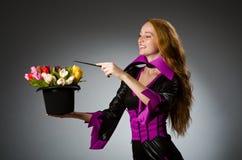 Kvinnlig trollkarl som gör trick Arkivfoton