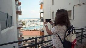 Kvinnlig turist- beskåda semesterortstad lager videofilmer