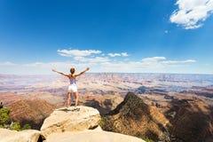 Kvinnlig turist- blick på det Grand Canyon landskapet Arkivbilder