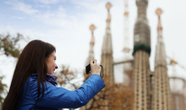 Kvinnlig turist   fotografera Sagrada Familia på Barcelona Royaltyfri Foto