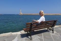Kvinnlig turist i den Chania portKreta Grekland Arkivfoto