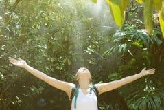 Kvinnlig turist med ryggsäcken fotografering för bildbyråer