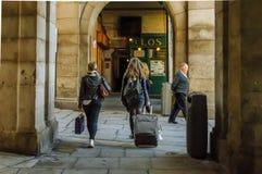 Kvinnlig turist som drar lopppåsen i Plazaborgmästare Royaltyfri Fotografi