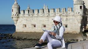 Kvinnlig turist som studerar en översikt stock video