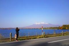 Kvinnlig turist- tagande phot av den härliga sikten av Mt Komagatake a arkivbild