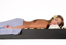 Kvinnlig under lyxigt tillvägagångssätt av massagen Arkivfoton