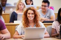 Kvinnlig universitetsstudentUsing Laptop In föreläsning royaltyfria bilder