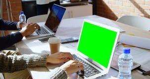 Kvinnlig utövande användande bärbar dator i regeringsställning 4k