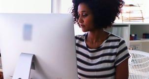 Kvinnlig utövande användande persondator på hennes skrivbord 4k stock video
