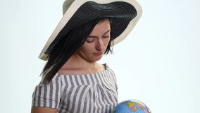 Kvinnlig utforskare med jordklotet i henne isolerade händer - arkivfilmer