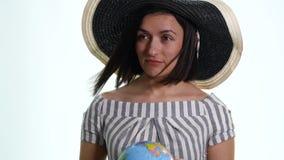 Kvinnlig utforskare med jordklotet i henne isolerade händer - stock video