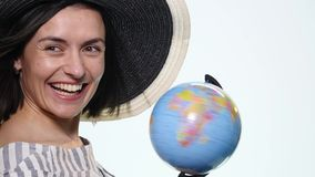 Kvinnlig utforskare med jordklotet i henne isolerade händer - Royaltyfria Foton