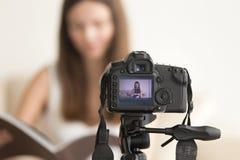 Kvinnlig video bloggerinspelningvlog på DSLR-kamera arkivfoton
