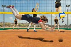 Kvinnlig volleybollspelare som når bollen i hopp royaltyfri foto