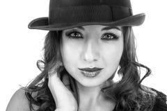 Kvinnlig weared svart hatt Arkivbild