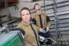 Kvinnlig welder och coleague på fabriken Royaltyfria Foton