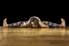 Kvinnlig yogamodell Kurmasana Tortoise Pose Arkivbild