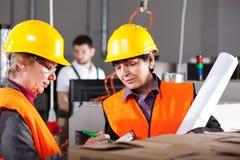 Kvinnliga arbetare i fabrik Arkivfoto