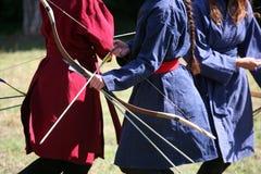 Kvinnliga bågskyttar på en medeltida stridighethändelse Arkivbild