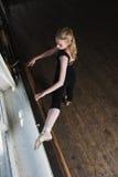 Kvinnliga balettdansörelasticiteter arkivbilder