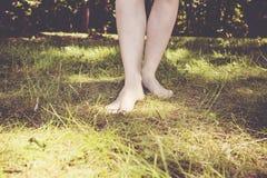 Kvinnliga barfota ben Fotografering för Bildbyråer