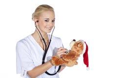 Kvinnliga barn för doktor i utredning Arkivbild