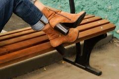 Kvinnliga ben i kängor för höga häl för höst i gatan fotografering för bildbyråer