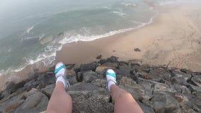 Kvinnliga ben med en sikt av Atlanticet Ocean Tom strand i Povoa de Varzim, Portugal på dimmig höstdag med vågor stock video