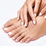 Kvinnliga ben med mellanläggsakupunkturvisare arkivfoton