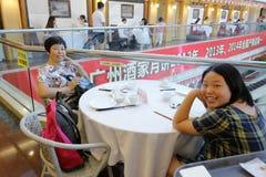 Kvinnliga beskyddare i den guangzhou restaurangen Royaltyfri Foto