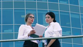 Kvinnliga coworkers som diskuterar deras affärssamarbete lager videofilmer