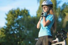 Kvinnliga cykla Athlet i det utomhus- yrkesmässiga cykla kugghjulet Hori royaltyfria foton