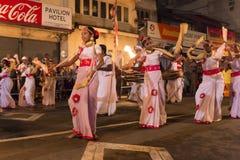 Kvinnliga dansare på den Esala Perahera festivalen i Kandy arkivfoto