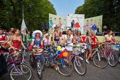 Kvinnliga deltagare av cirkuleringen ståtar damen på cykeln Arkivfoto