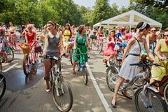 Kvinnliga deltagare av cirkuleringen ståtar damen på cykeln Royaltyfri Foto