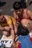 Kvinnliga deltagare som förbereder sig för den glade Pride Parade, London 2018 arkivfoto