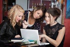 kvinnliga deltagare tre fotografering för bildbyråer