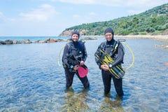 Kvinnliga dykare royaltyfria bilder