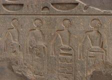 Kvinnliga fången roped tillsammans, templet av Luxor, Egypten arkivbild
