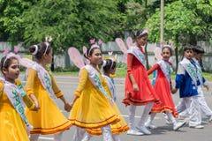Kvinnliga folk dansare i färgrikt smink Fotografering för Bildbyråer