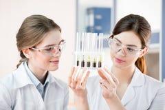 Kvinnliga forskare i laboratorium Royaltyfri Foto