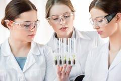 Kvinnliga forskare i laboratorium Royaltyfria Foton