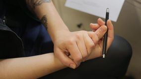 Kvinnliga händer med en blyertspenna lager videofilmer