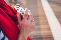 Kvinnliga händer med en retro kamera royaltyfri foto