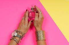 Kvinnliga händer med smyckenhållparfum Modetillbehör, glamourarmband Arkivfoton